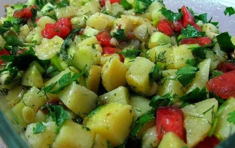 Салат картофельный со свежими помидорами