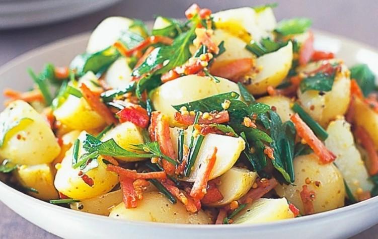 Салат из картофеля с овощами и яблоками
